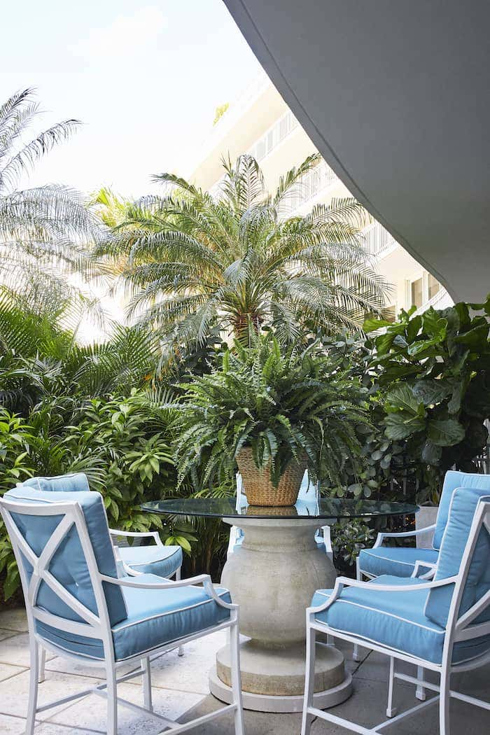 Danielle Rollins has mastered Palm beach chic decor, using vintage themes and bright blues in this outdoor dining set.